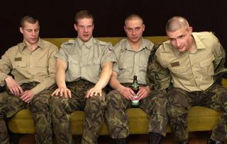 Quatre militaires s'apprêtent à faire une branle entre potes sur un canapé.