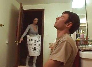 Une femme entre dans la chambre et surprend son mari qui se masturbe.