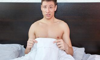 Après avoir éjaculé en dormant, un homme semble se demander ce qu'il se passe dans son corps.
