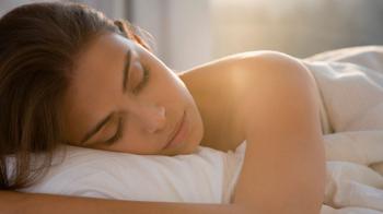 Une femme dort paisiblement. Souffre-t-elle aussi de sexomnie ?